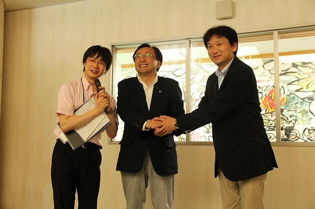 右から、UstreamAsiaの中川CEO、青森県知事、県庁の担当職員の方。